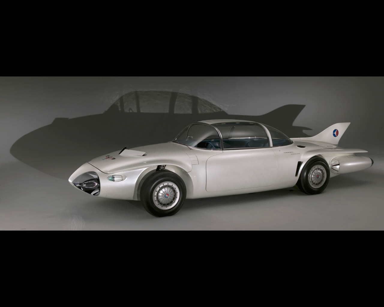 1956 GM Firebird II concept car with GM Futureliner in the ...